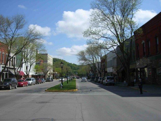 http://pinecreekbikerides.com/BikeRidesGallery/mainstreetwellsboro.jpg